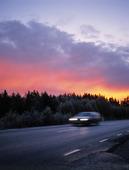 Bil på landsväg
