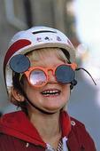 Pojke med solglasögon och hjälm