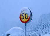 50-skylt i snöväder