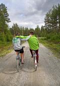 Två kompisar som cyklar