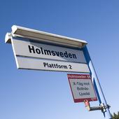 Skylt vid järnvägsstationen i Holmsveden, Hälsingland.