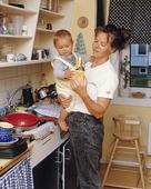 Mor och barn i kök