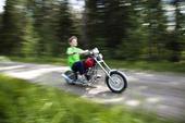 Pojke kör motorcykel