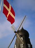 Danmarks flagga vid väderkvarn