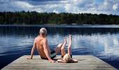 Farfar och sonson sitter på en brygga