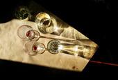 Solstrimma på bord med två tomma vinglas