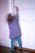 Flicka vid dörr