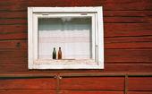 Gamla flaskor i fönster