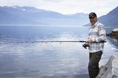 Glad fritidsfiskare i fjord, Norge