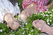 Tre kvinnor bland vitsippor