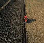 Traktor plöjer åker