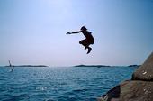 Hopp i havet från klippa