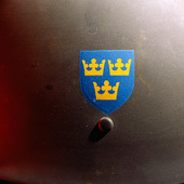 Tre Kronor på äldre svensk arméhjälm