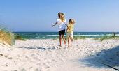 Flickor som springer på strand