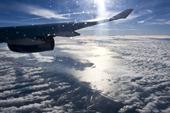 Flygplan ovanför molnen