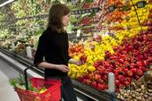 Kvinna i livsmedelsaffär