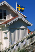 Svensk flagga vid hus