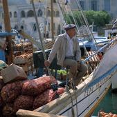 Fraktbåt  med grönsaker, Grekland