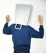 Människa med påse över huvudet