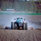 Traktor på åker