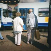 Pensionärer vid spårvagn