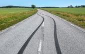 Däckavtryck på asfaltväg