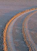Spår av bildäck i sand
