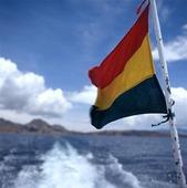 Bolivias flagga vid Titicacasjön