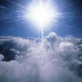 Solen ovan moln
