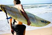 Surfare med bräda