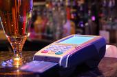 Betala en drink med kreditkort