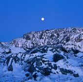 Måne över berg med snö