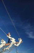 Kvinna på peken på ett segelfartyg