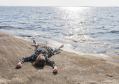 Kvinna som solar vid havet