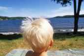 Pojke vid sjö
