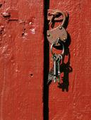 Öppet hänglås med nycklar