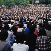 Folkmassa med japaner