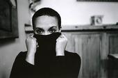 Kvinna som döljer del av ansiktet