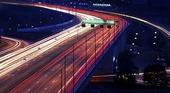 Kvällstrafilk på motortrafikled