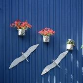 Utsmyckning av blå husvägg