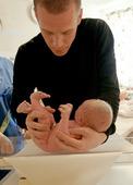 Pappa med nyfött barn