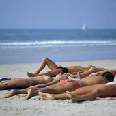Solbad på sandstrand