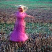 Kvinna på äng