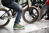 Pojkar med cyklar