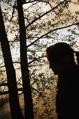 Siluett av kvinna i skogen