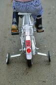 Pojke på cykel med skattmärke