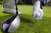 Golfspelare placerar golfboll