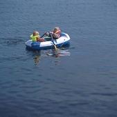 Barn i gummibåt