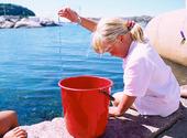 Flicka fiskar krabbor