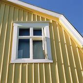 Husgavel med öppet fönster